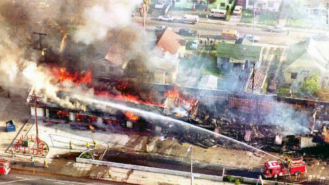 1992年洛杉磯暴亂,死傷慘重,火光衝天,部分地區的經濟迄今未能恢復。(CNN檔案圖片)
