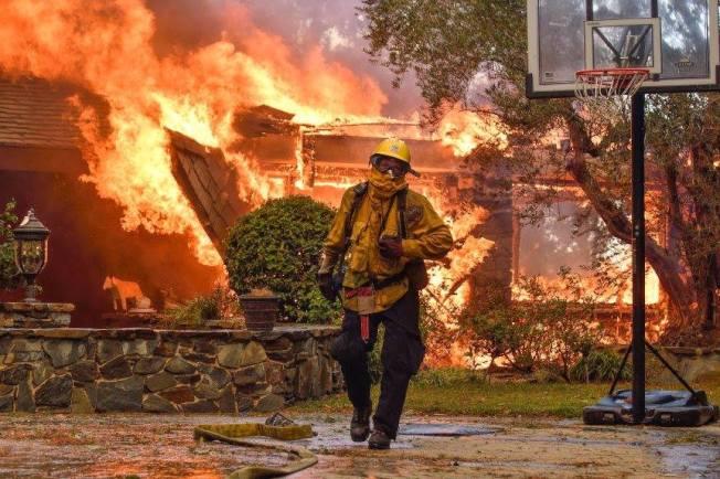 消防員在安那罕岡與大火搏鬥。(取自臉書)