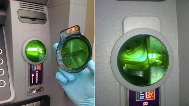 信息竊取裝置有可能被裝在插卡槽處,當用戶插卡時,將會被盜取銀行卡的信息。圖為歹徒在ATM上加裝一個類似原有的綠色罩子,內藏竊取資料的電子裝置。(阿罕布拉市警局提供)