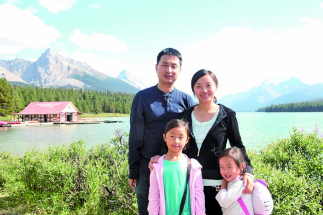 電腦博士俞浩波(後排左)不幸罹患白血病,目前正找尋骨髓配對者,其妻(後排右) 呼籲華裔踴躍登記為骨髓捐贈者。(由黃萱提供)