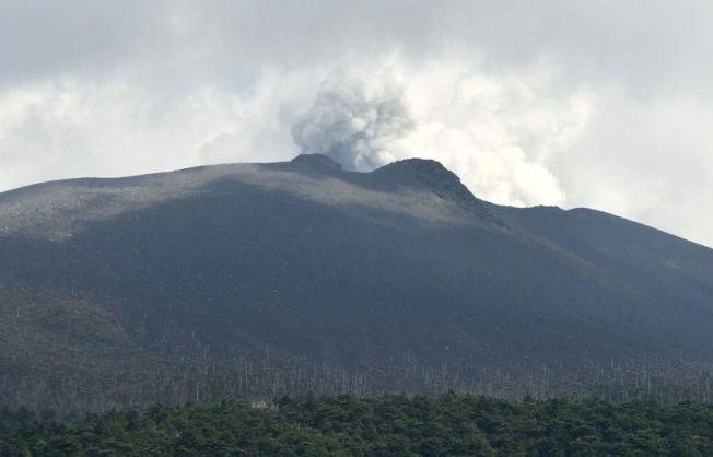 日本氣象廳表示,九州地區新燃岳火山11日發生約6年來首次噴發後,警戒等級升高至3。(共同社)