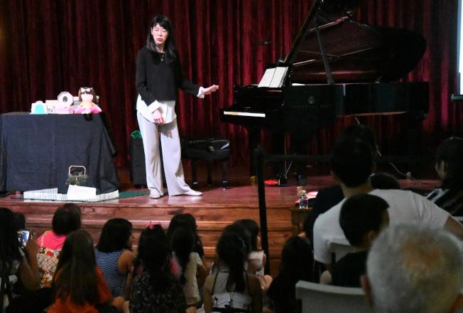 林佳靜台上生動演出說故事,吸引台下小朋友靜靜的聆聽。(記者謝慕舜/攝影)
