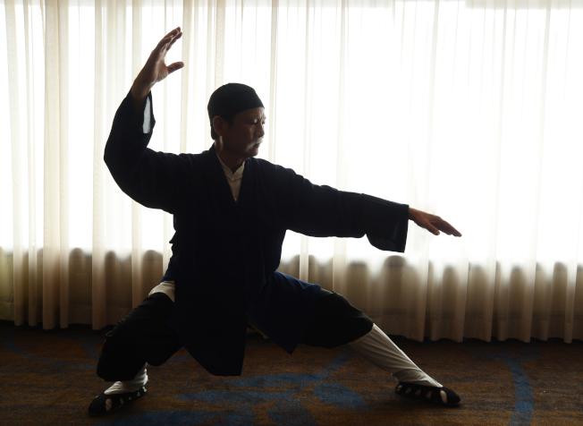 「詹秀蓉墨緣慈善書法展」協辦方台灣中華國際觀光協會的成員巫平仁,將於開幕當天表演養生太極拳。(記者許振輝/攝影)