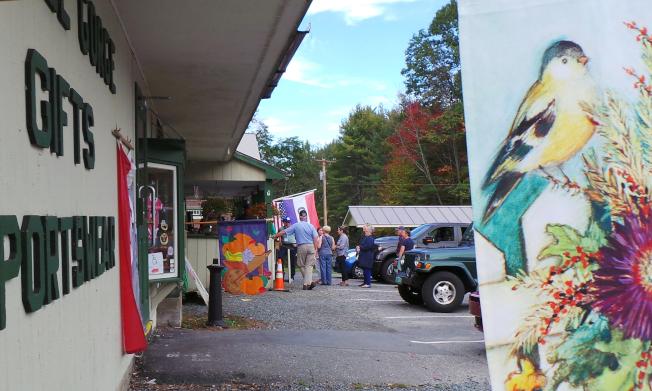 今秋異常暖和,賞楓遊客在佛蒙特小鎮排長龍買冰淇淋。(記者唐嘉麗/攝影)