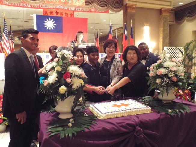 台美協會會長汪良元(前排右一)和與會貴賓為中華民國同切生日蛋糕。(台美協會提供)