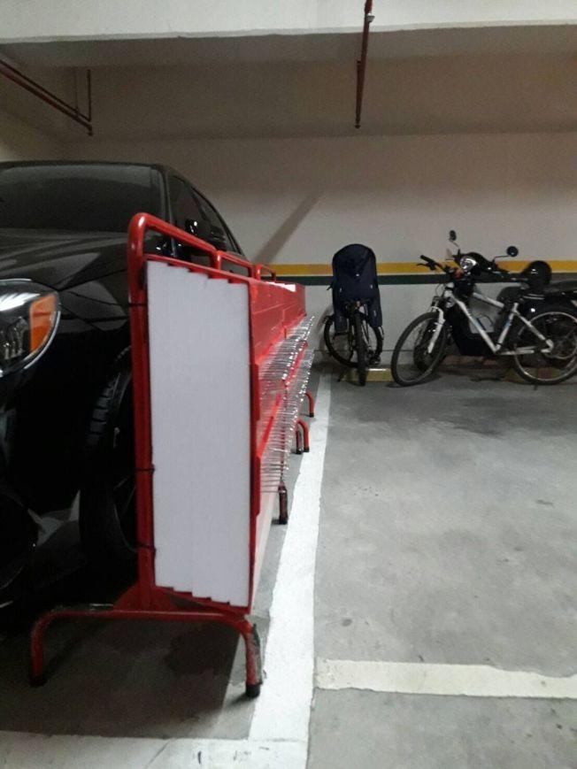 高雄一名賓士車主劉男,疑因停車糾紛,竟擺釘牆導致隔壁車主下車刺傷。(記者林伯驊/翻攝)