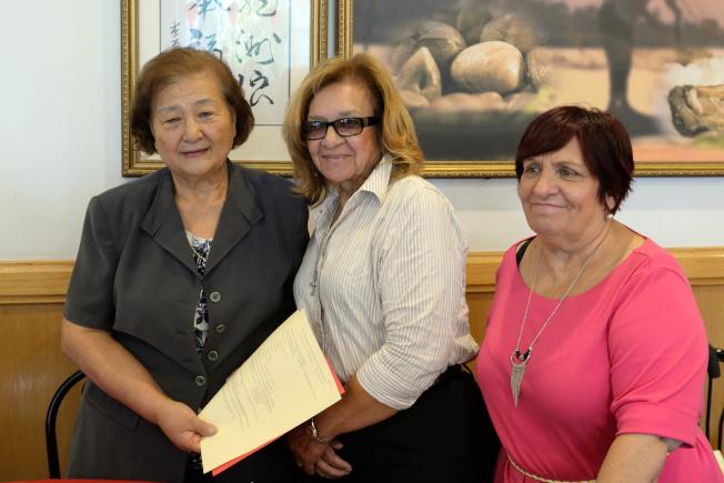 陳道英(左起)、邦妮‧惠伊與皇后區亞裔民主黨協會成員Erika Brassoi。(記者朱澤人/攝影)