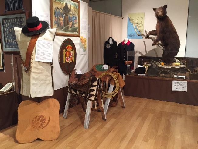 此次展覽以「原住民、探險者與創新者」為題,介紹加州原住民、西班牙探險與淘金熱等時期的歷史演變。(記者林亞歆/攝影)