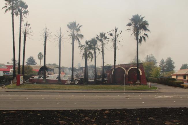 聖他羅莎(Santa Rosa)城市大量建築被焚毀。(記者李晗/攝影)