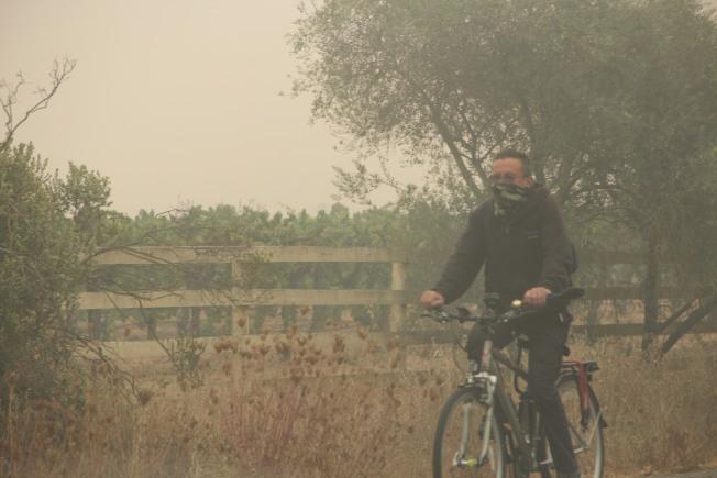 聖他羅莎(Santa Rosa)空氣質量差,出行人士都有防護面罩。(記者李晗/攝影)