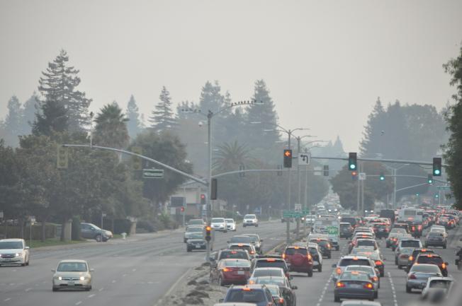 開車上路時看向遠方,更可明顯感受出路上煙霧瀰漫的樣子。(記者林亞歆/攝影)