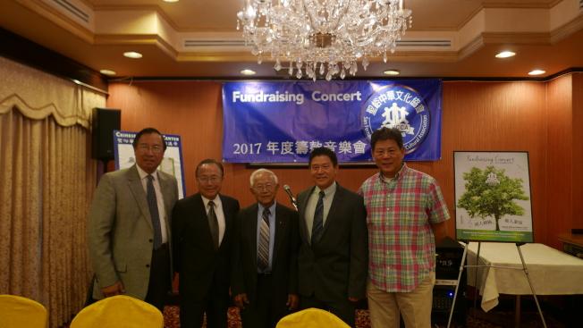 「聖峪中華文化協會」希望社區人士幫助買地建校。(記者李雪/攝影)