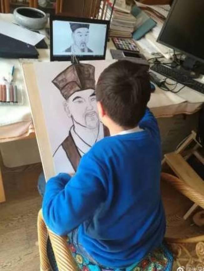 中國小學生在畫蘇軾像。 圖╱取自澎湃新聞