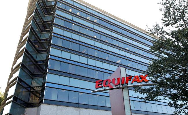 Equifax信用監測公司,12日因被置入惡意軟體,把用戶導向另一個網址,被迫把其網站部分關閉。(路透)