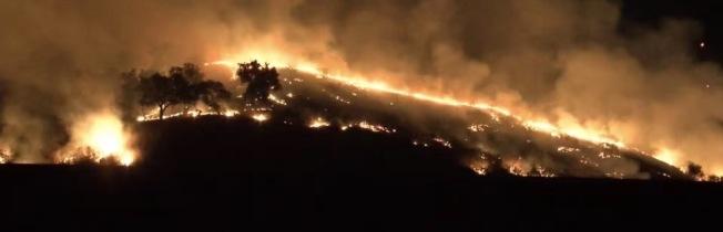 鑽石吧18日凌晨發生火災,燒毀約15畝林地。圖為附近居民拍到的火災情景。(鑽石吧居民提供)