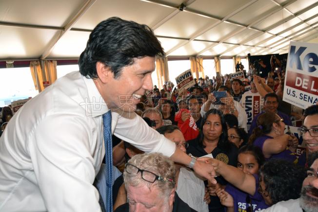圖2︰德利昂同台下支持者們握手互動氣氛熱烈。(記者丁曙╱攝影)