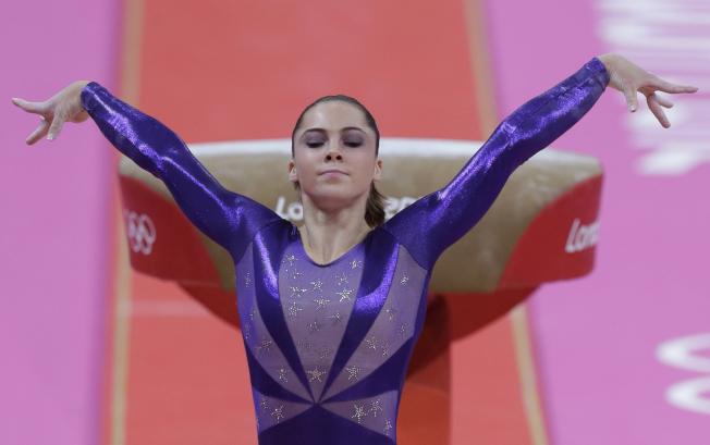 馬隆尼與美國女子體操隊「五虎將」參加2012年倫敦奧運期間,都未能逃過魔爪。圖為2012年7月,馬隆尼在奧運會賽場。(美聯社)
