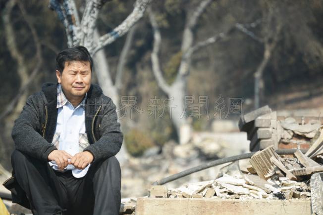 看到滿地廢墟,藺春新非常悲傷。但他和太太黃豔瓊堅強的表示,只要人在,還能呼吸一口氣,也決不放棄。(記者劉先進/攝影)