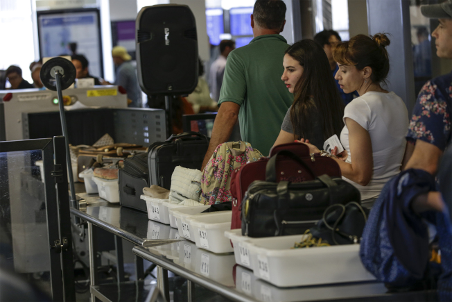 圖為旅客正經過安檢。(TNS)