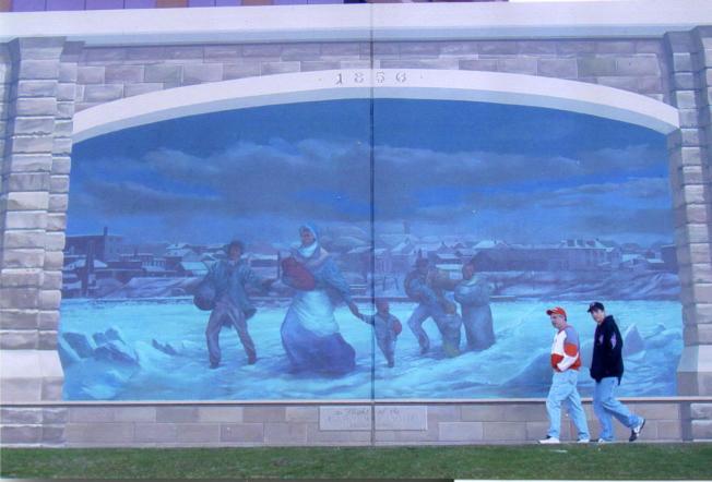電影「魅影情真」海報顯示,黑奴走過冰封的俄亥俄河。(美聯社)