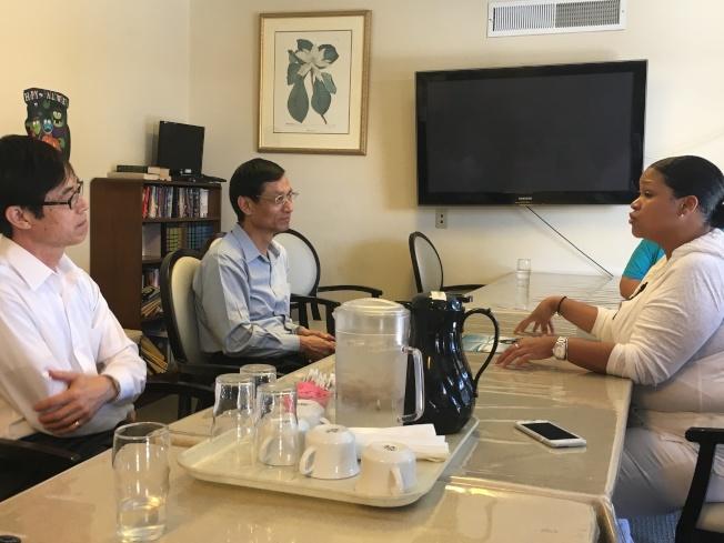 阿罕布拉醫療保健中心護士Melanie Capers(左)與林萬億(中)交流。(記者謝雨珊/攝影)