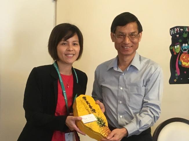 林萬億致送紀念品給阿罕布拉醫療保健中心代表陳芃佑(右)。(記者謝雨珊/攝影)