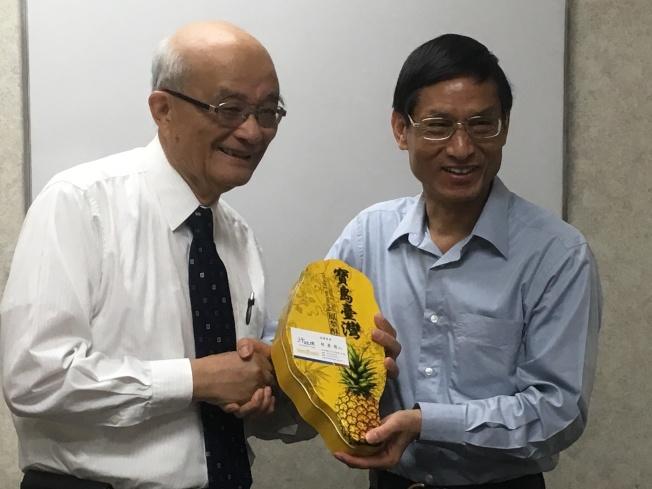 林萬億致送紀念品給亞凱迪亞成人日間健保中心董事長梁政吉(左)。(記者謝雨珊/攝影)