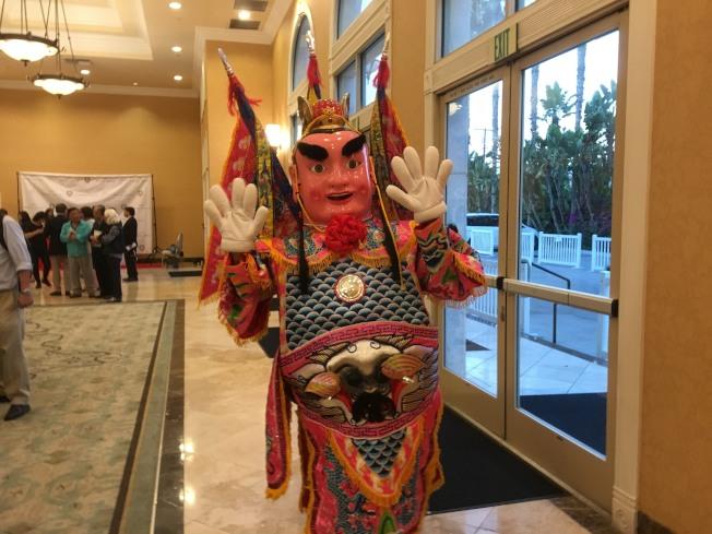 大洛杉磯台灣會館年會,由移動式三太子迎賓。(記者謝雨珊/攝影)