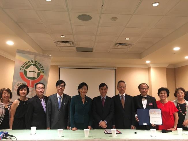 台灣會館年會記者會全體合照。(記者謝雨珊/攝影)