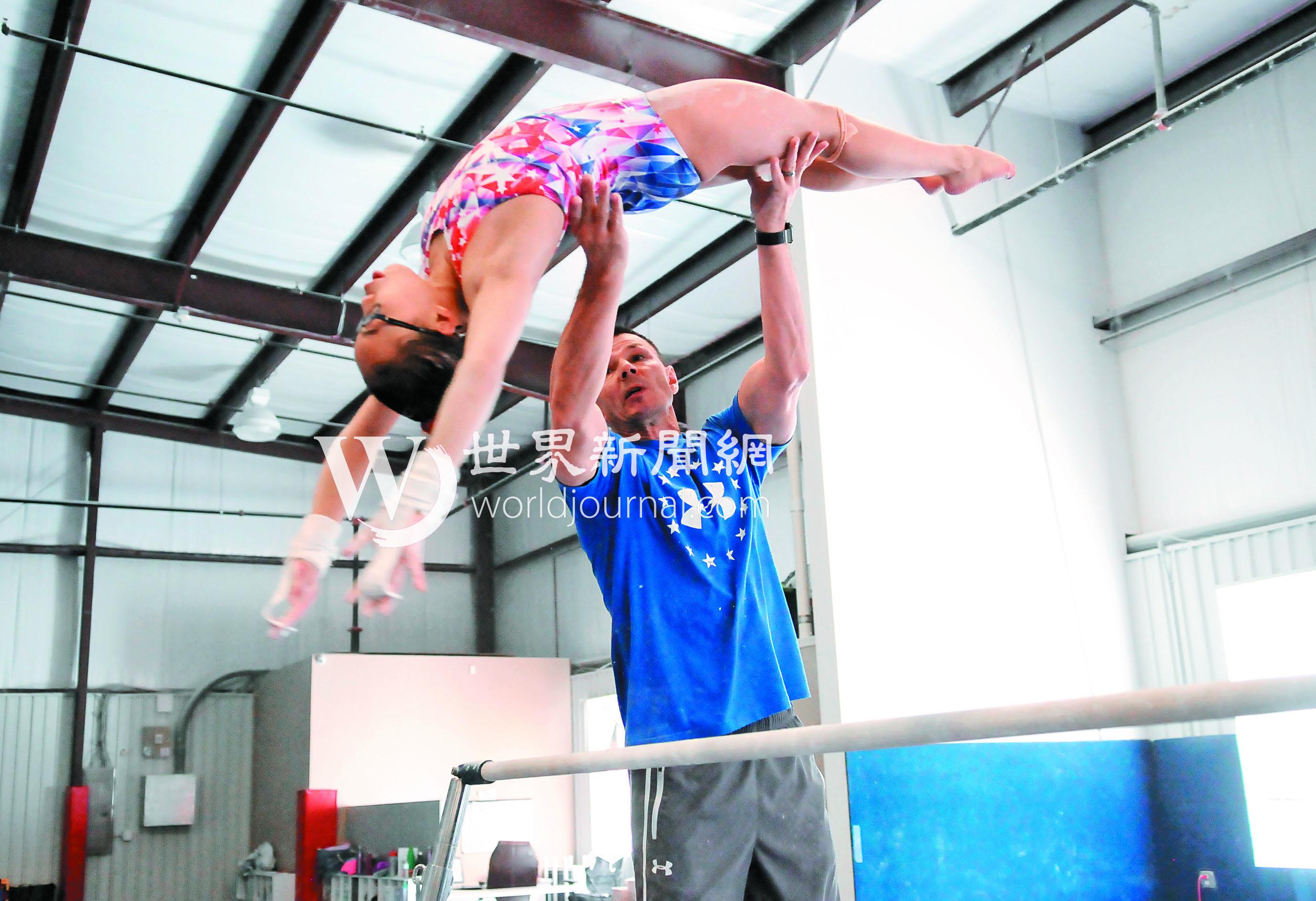 吳穎思 (Morgan Hurd)由教練格拉祖諾夫協助練習高低槓。(記者許振輝/攝影)