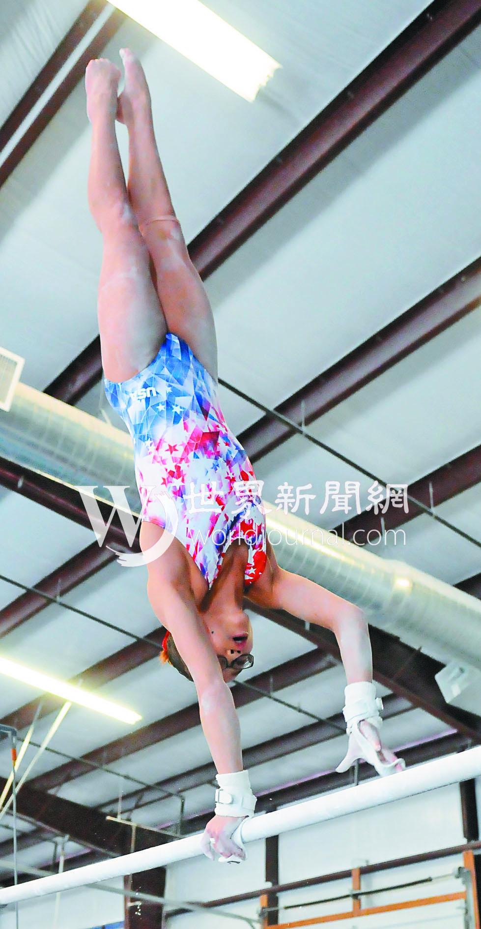 吳穎思 (Morgan Hurd)練習高低槓時做一些高難度旋轉動作。(記者許振輝/攝影)