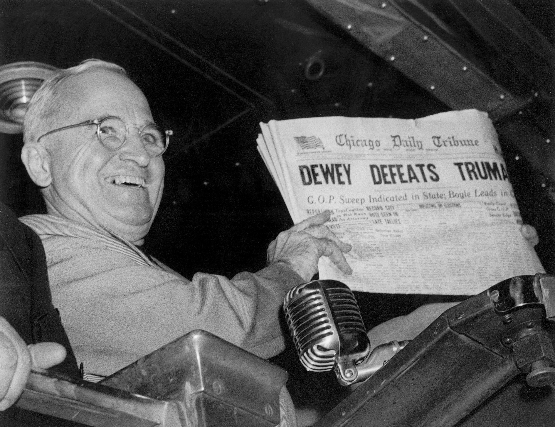總統當選人杜魯門將報紙的錯誤頭條「杜威擊敗杜魯門 (Dewey Defeats Truman)」高舉在手,成了這次選舉的經典畫面。(美聯社)