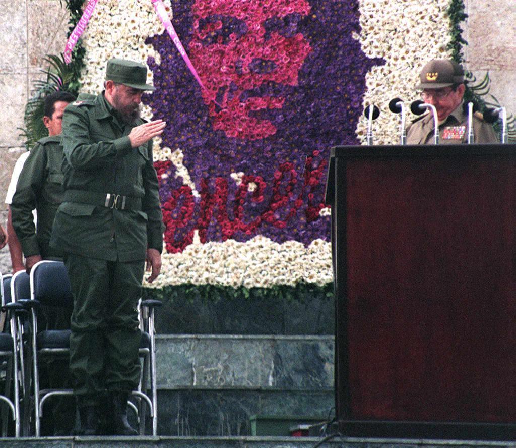 前古巴領導人菲德爾•卡斯特羅(Fidel Castro)(左)在切‧格瓦拉的畫像前參加古巴軍人活動。(Getty Images)