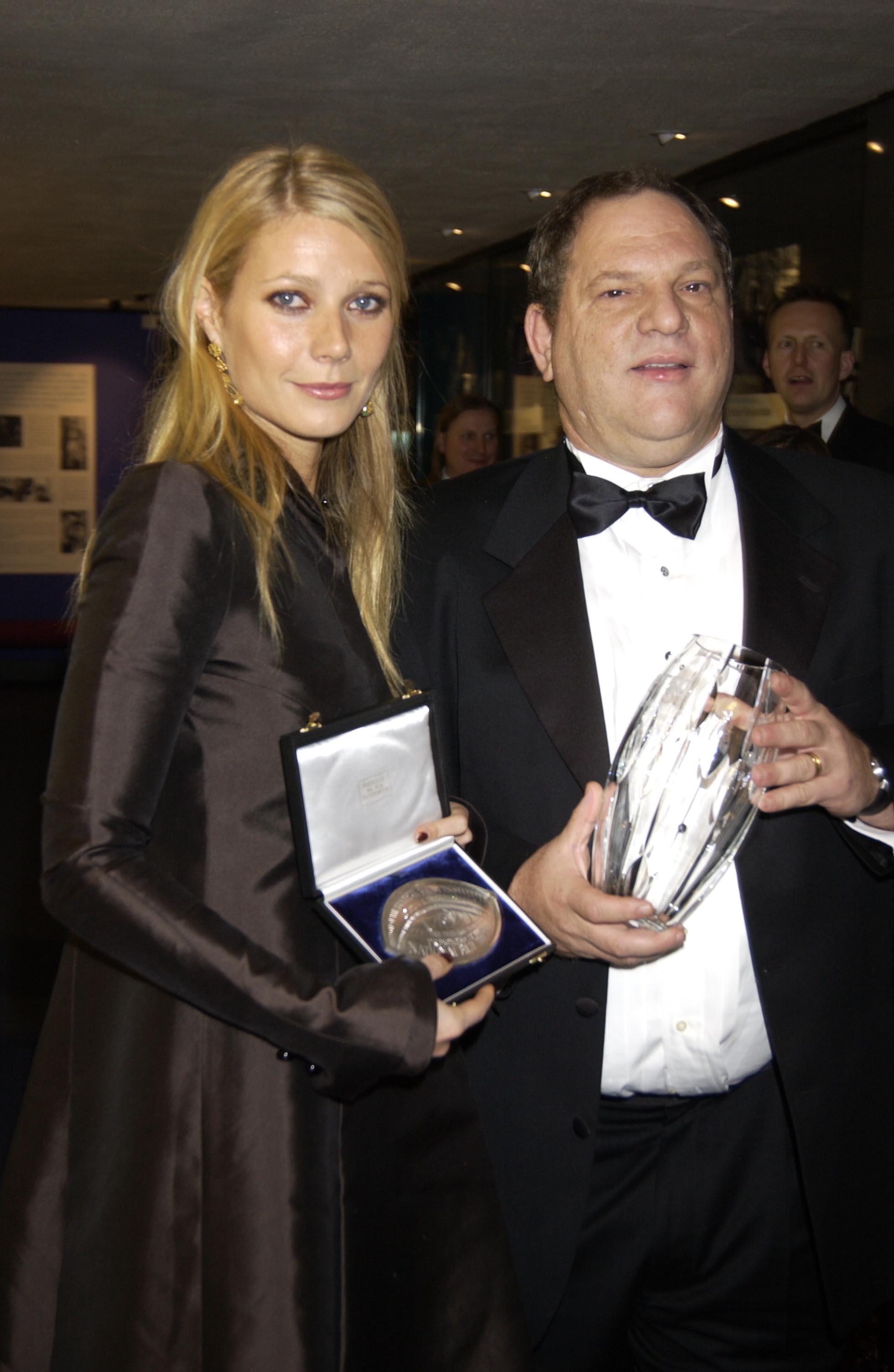 圖為好萊塢超級製片人哈維‧溫斯坦(右)和葛妮絲派特洛2002年10月合影。Getty Images