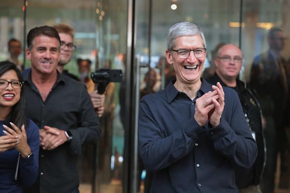 圖為蘋果芝加哥旗艦店於今年10月20日開張,執行長庫克迎接顧客。Getty Images