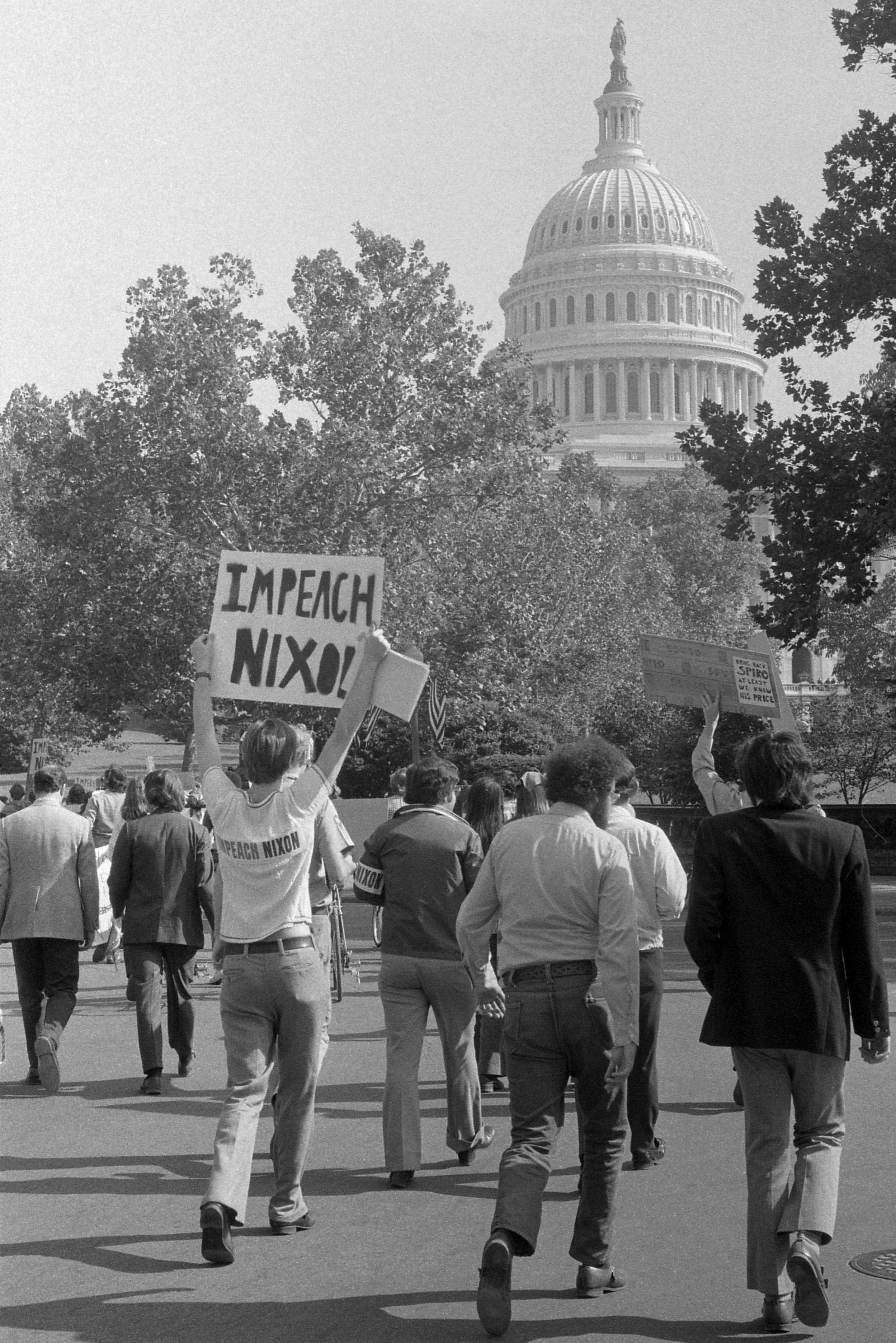 1973年10月,有人在華府街頭遊行,要求彈劾尼克森。(WikiCommons)