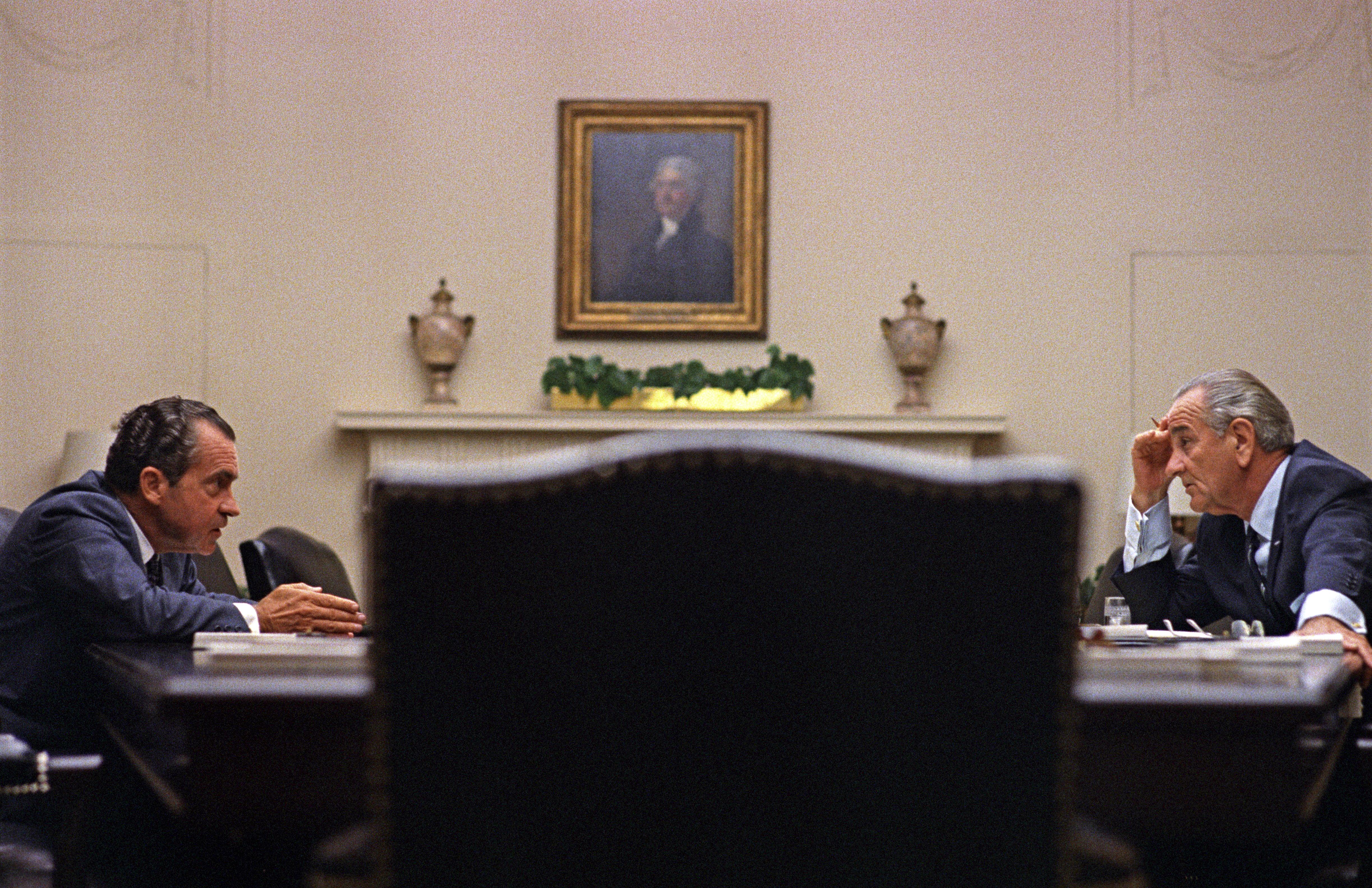 1968年7月,尼克森(左)獲得提名前與時任總統詹森(右,Lyndon Johnson)在白宮會面。(WikiCommons)