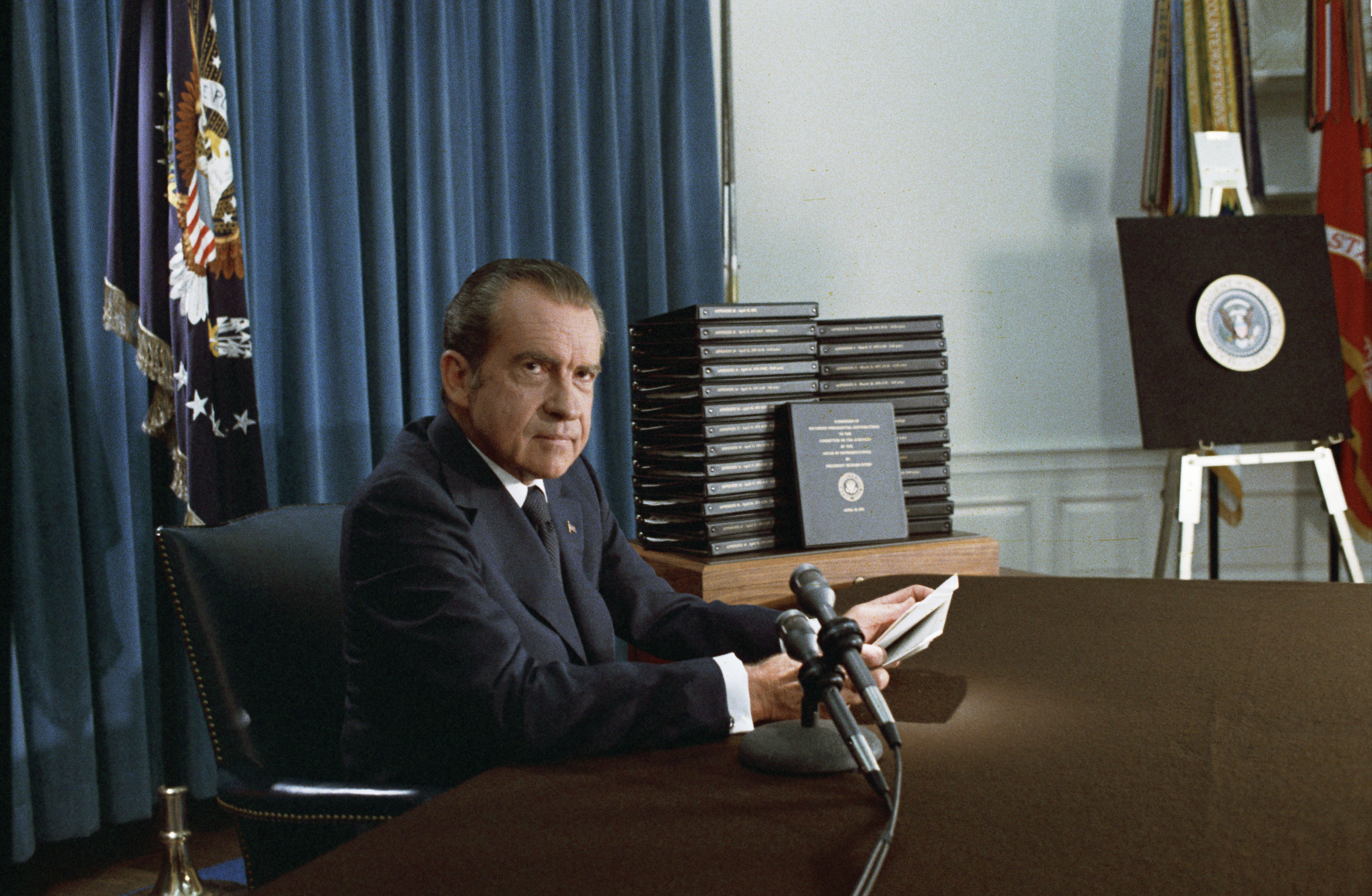 1974年4月29日,尼克森針對水門案事件對外宣布,將交出白宮錄音帶經過剪輯的文字副本。(美聯社)