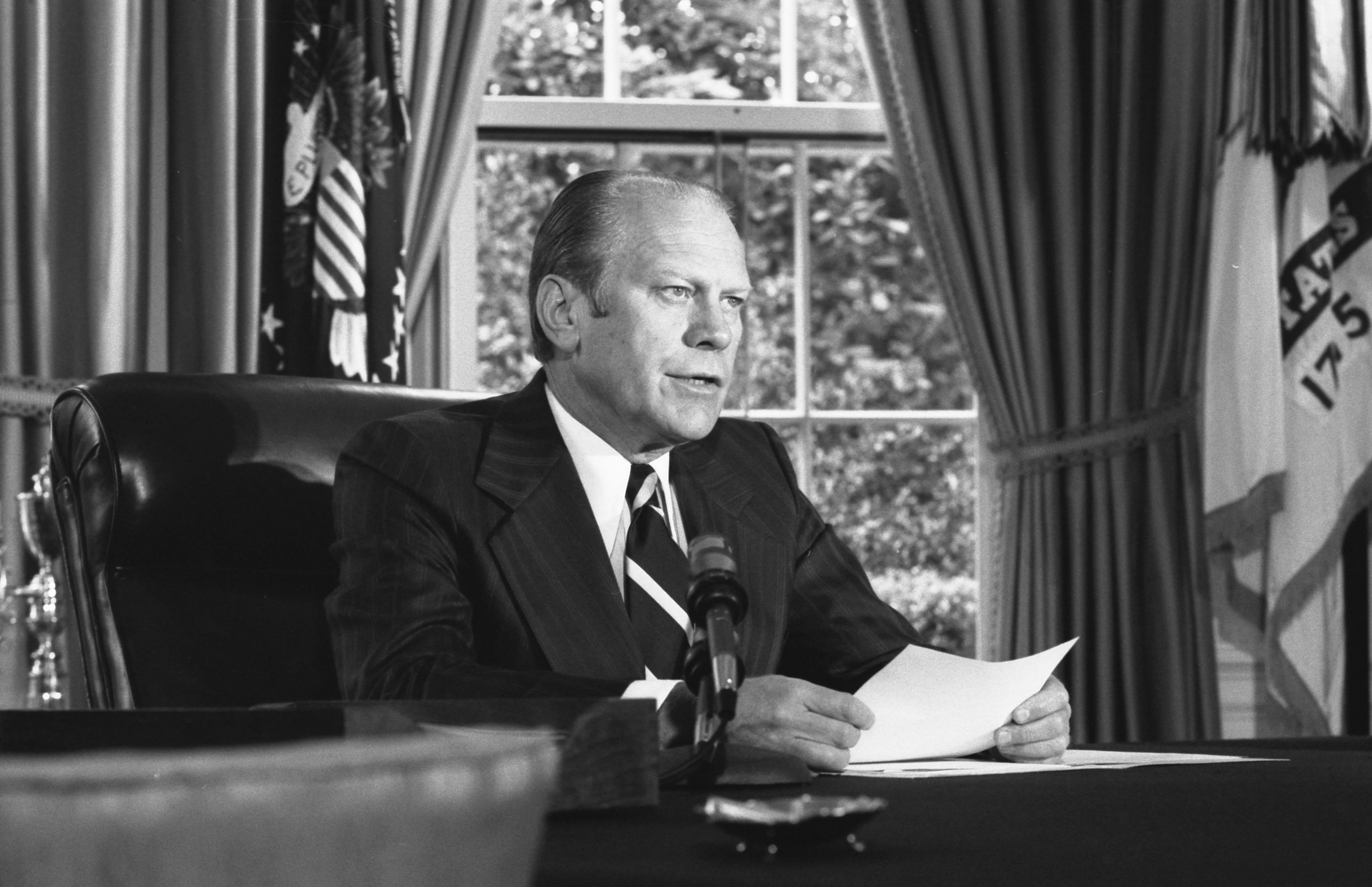 1974年9月8日,繼任總統福特(Gerald Ford)在橢圓形辦公室宣布他決定赦免尼克森。(福特總統圖書館)