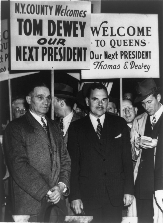 時任紐約州長杜威(前中,Thomas Dewey)與杜魯門角逐總統大位。(WikiCommons)