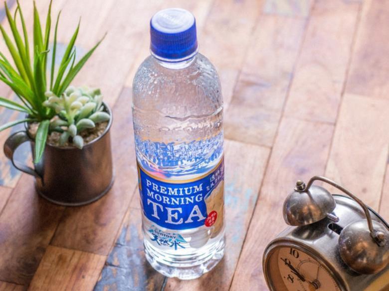 日本三得利天然水系列推出一款外觀看起來跟礦泉水一樣的「透明奶茶 PREMIUM MORNING TEAミルク(MILK)」。(圖片來源:三得利日本官網)