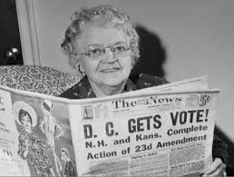 :D.C.居民閱讀獲得選舉總統權益的消息。(網路圖片)