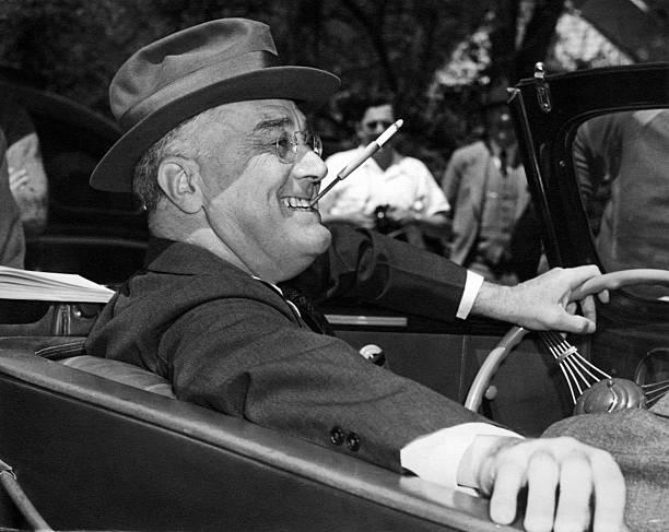 1939年羅斯福總統在喬治亞的 Warm Springs刁著香菸面帶笑容。(Getty Images)