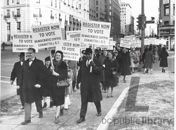 D.C.民主黨中央委員會上街呼籲居民辦理選民登記。(D.C. 公共圖書館)