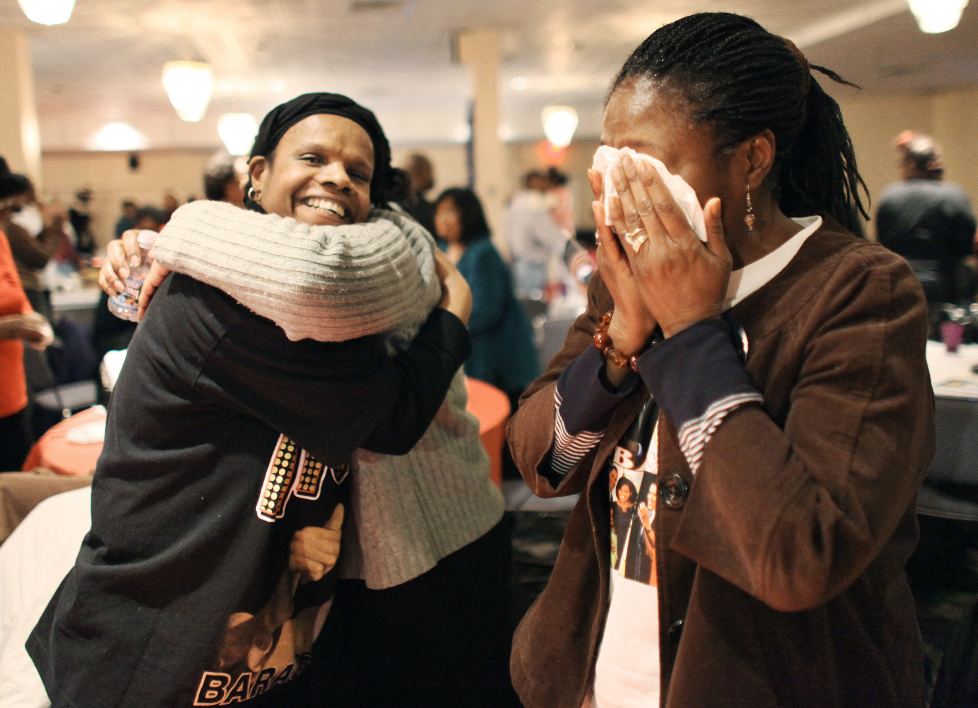 麻州劍橋非裔居民2009年1月20日觀看歐巴馬宣誓就職電視轉播後,各個激動相擁。(美聯社)