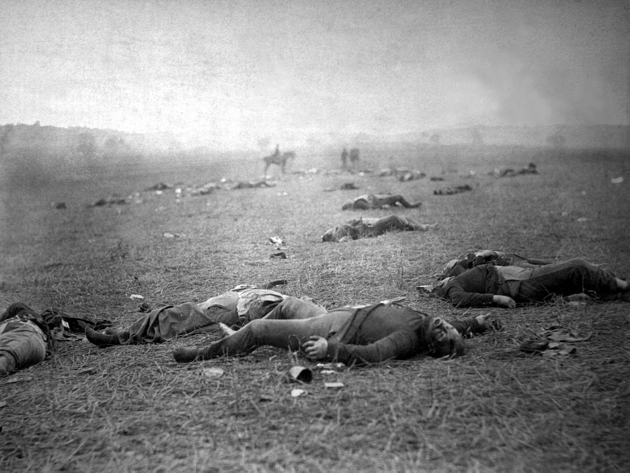 1863年7月5日-7月6日所攝之蓋茲堡之役、聯邦軍陣亡者。(國會圖書館)