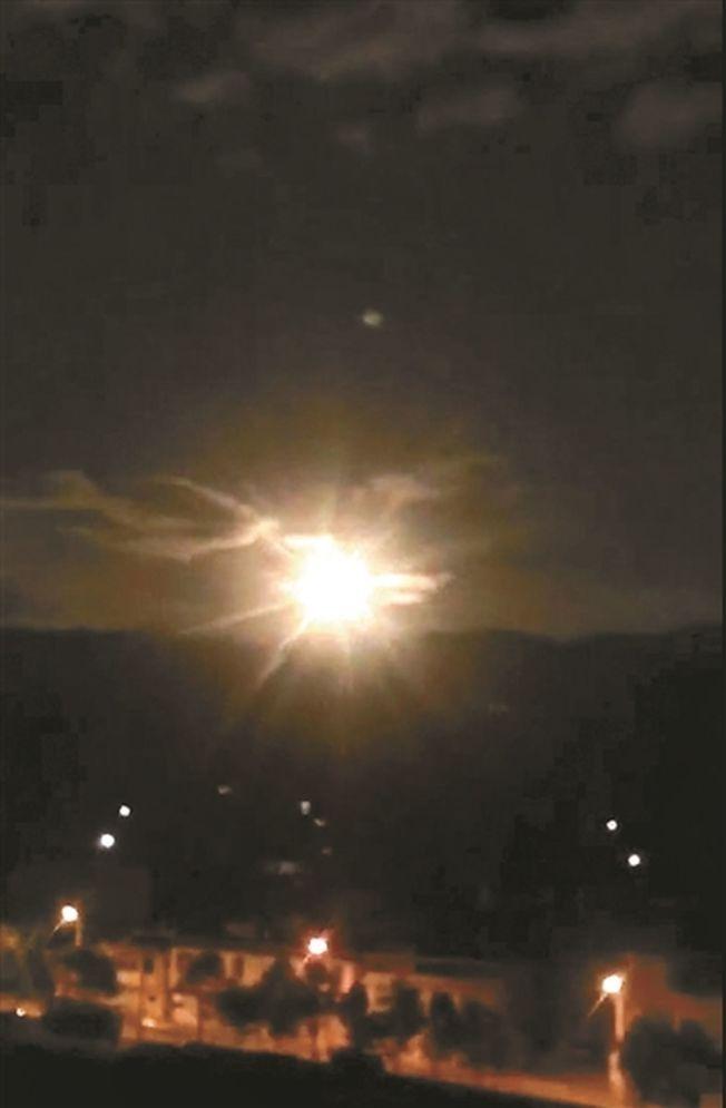10月4日,一顆「火流星」畫過夜空。(取材自北京青年報/視覺中國)