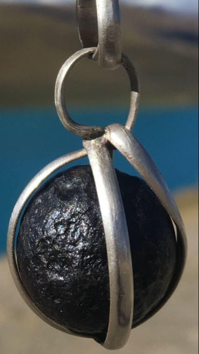 網上已有人售賣「香格里拉隕石」。 (網頁截圖)