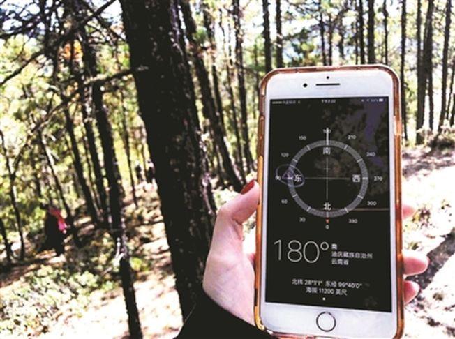 尋找隕石的科研人員在用手機定位。(取材自北京青年報)