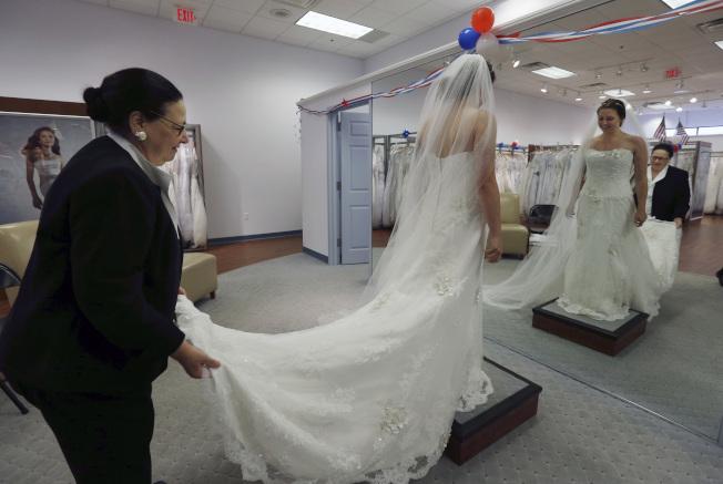 新婚挑選婚紗,是婚禮前的大事。(美聯社)
